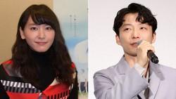 女優の新垣結衣さん(左)と俳優でミュージシャンの星野源さん