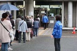 ワクチン接種会場になった枚方市民会館でボランティアをする枚方信用金庫の職員=大阪府枚方市で。写真はすべて同信金提供