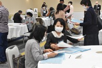 Parents introduce their children to each other at a proxy matchmaking event in Naka Ward, Yokohama, in April 2021. (Mainichi/Nao Ikeda)