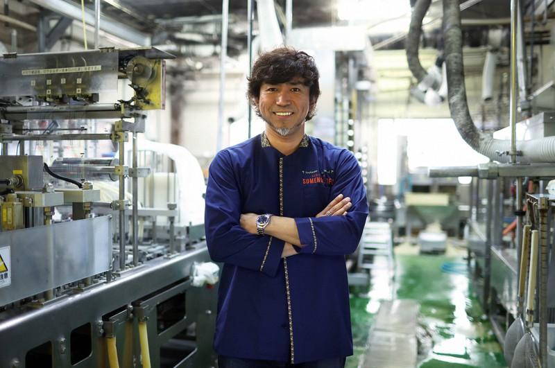 本店の工場に立つ染野屋の小野篤人社長=茨城県取手市で、小川昌宏撮影