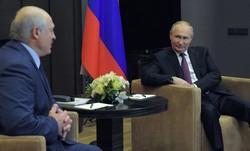 会談するロシアのプーチン(右)、ベラルーシのルカシェンコ両大統領=ロシア南部ソチで2021年5月28日、AP