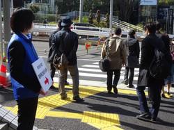 株主総会の会場への道順を示す案内=東京都新宿区で2021年3月18日、今沢真撮影