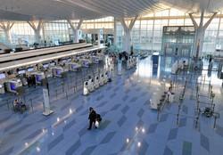 コロナ禍で空港の国際線ターミナルは閑散としている(羽田空港の国際線出発ロビー)=2020年12月28日、手塚耕一郎撮影