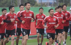 ワールドカップ(W杯)アジア2次予選ミャンマー戦の前日練習に臨んだ日本代表。吉田麻也(左から4人目)は今回、U24代表に加わり、フル代表の長友佑都(同6人目)らと対戦することになる=千葉市内で2021年5月27日午後5時10分、大谷津統一撮影