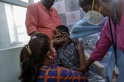 インド・ムンバイで新型コロナウイルスのワクチンを接種する医療関係者=2021年 6月2日、AP