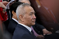 息子に闇資金運用疑惑が浮上した劉鶴福首相 (Bloomberg)