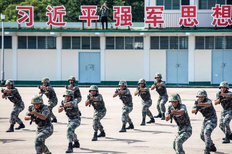 訓練の様子を披露する中国人民解放軍の兵士 (Bloomberg)