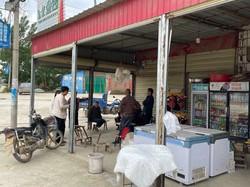 和岡村の商店前で談笑する住民たち=河南省で2021年5月16日午後0時53分、小倉祥徳撮影