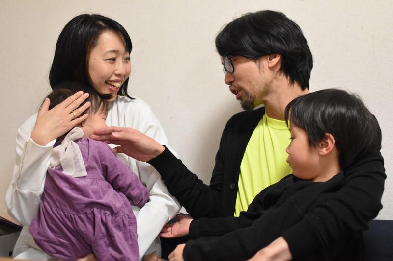 吉野学さん(39)と陽子さん(37)夫婦。自然豊かな秋田で長男、純太ちゃん(5)と長女ひなたちゃん(1)を育てたいと考えている=秋田市で2021年2月17日、中村聡也撮影