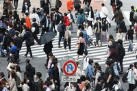 People with masks are seen at Shibuya's scramble crossing in Tokyo on April 25, 2021 after the third state of emergency was declared in the capital. (Mainichi/Kota Yoshida)