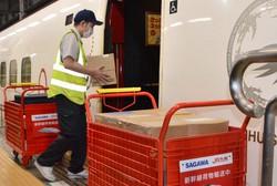 九州新幹線に積み込まれる佐川急便の荷物=福岡市博多区で2021年5月18日、久野洋撮影