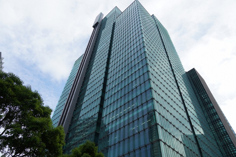 SBIのグループが入るビル=東京都港区で2021年5月26日、釣田祐喜撮影