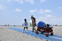 A heavy cart is seen being taken over the mat set out for better access on Kemigawa beach, in the city of Chiba's Mihama Ward, on May 30, 2021. (Mainichi/Tatsuya Naganuma)