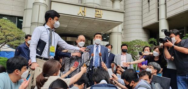 元徴用工訴訟の判決後、記者団の質問に応じる原告側の関係者