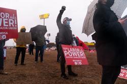 組合結成運動を展開するアマゾンの倉庫労働者たち Bloomberg
