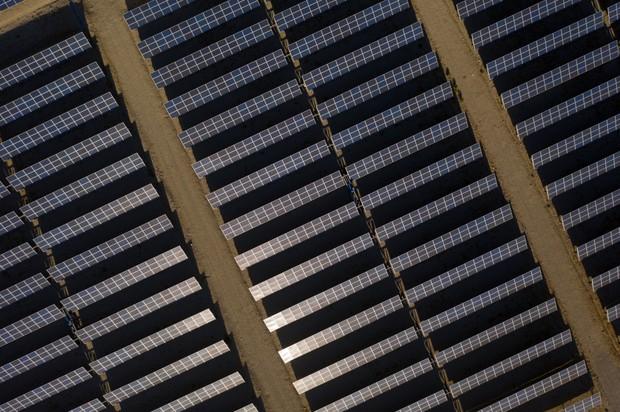 かつてはすぐそばに大規模な屋根や土地がないと導入できないとされてきた太陽光発電だったが… Bloomberg