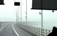 港珠澳大橋をバスで行く。あいにくの雨天で眺望は利かなかった(写真は筆者撮影)