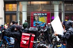 労働保護強化を訴えデモをする食品配送の労働者(今年4月、ニューヨークで) (Bloomberg)