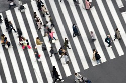 既存事業から新規事業への雇用の円滑な移動には政府のサポートが欠かせない (Bloomberg)
