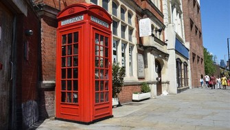 約390万円で落札されたロンドン中心部の電話ボックス=英国ロンドンで2021年5月31日、横山三加子撮影