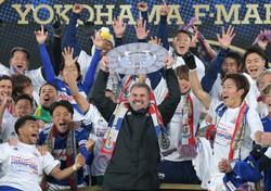 2019年のJ1リーグ戦を制し、シャーレを掲げて喜ぶ横浜マのポステコグルー監督(中央)=横浜・日産スタジアムで2019年12月7日、宮武祐希撮影
