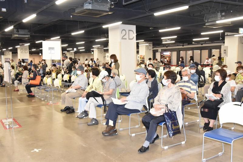 横浜ハンマーヘッドの大規模接種会場で接種の順番を待つ人たち=横浜市中区で2021年6月6日、洪玟香撮影
