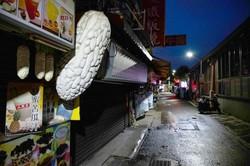 閉店している台北市内の店舗 Bloomberg