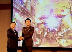 西武ホールディングスの後藤高志社長(左)と森岡毅氏=2020年1月23日、田中学撮影