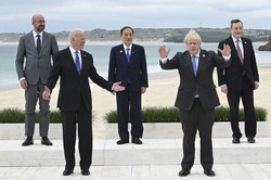 G7サミットで記念写真に納まる(左から)ミシェルEU大統領、バイデン米大統領、菅首相、ジョンソン英首相、ドラギ・イタリア首相=英コーンウォールで2021年6月11日、AP