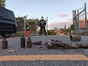 宮城秋乃さんが4月7日に米軍北部訓練場ゲート前の道路上に置いた米軍の廃棄物=宮城さんのブログから