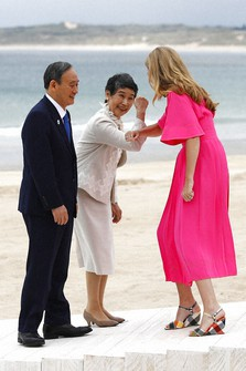 Britain's Prime Minister Boris Johnson's spouse Carrie Johnson welcomes Japan's Prime Minister Yoshihide Suga and his spouse Mariko Suga during arrivals for the G7 meeting at the Carbis Bay Hotel in Carbis Bay, St. Ives, Cornwall, England, Friday, June 11, 2021. (Phil Noble, Pool via AP)