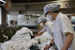 ホテルから回収したタオルを仕分ける従業員=神奈川県厚木市の「テーオーリネンサプライ」厚木工場で2021年5月17日、町野幸撮影