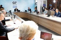 G7サミットで3日目の討議に臨む菅首相(右端)ら各国首脳=英コーンウォールで13日、ロイター