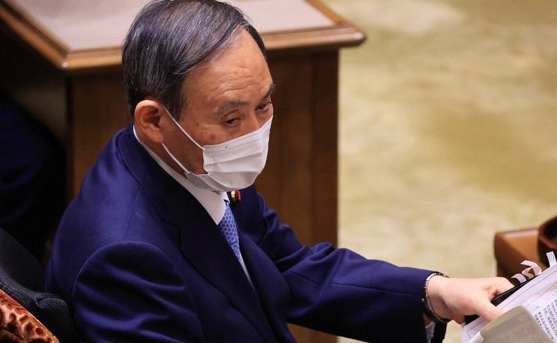 党首討論で資料を手にする菅義偉首相=国会内で2021年6月9日、梅村直承撮影