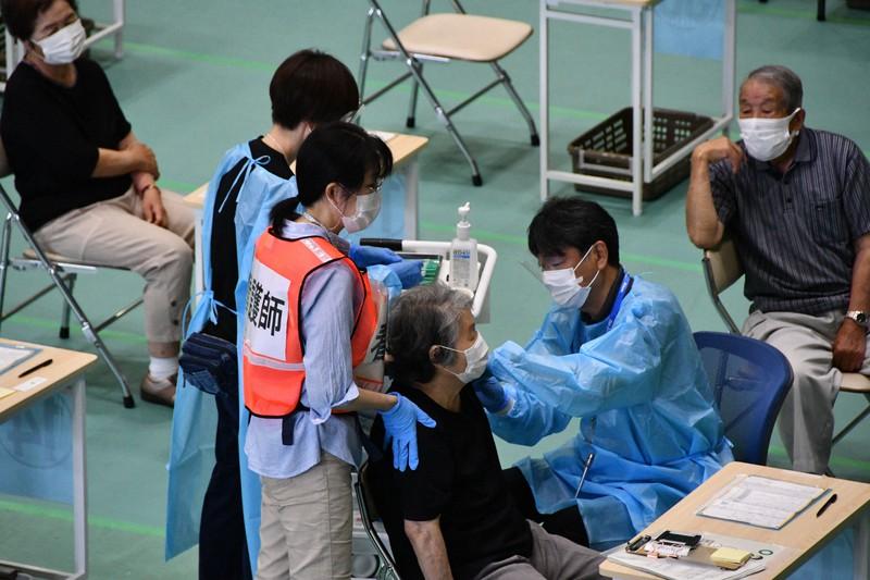 65歳以上の高齢者に対する集団接種の様子=京都府舞鶴市の舞鶴文化公園体育館で2021年6月8日午前9時40分、塩田敏夫撮影