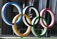 The Olympic rings are seen on June 3, 2021, in Tokyo's Shinjuku Ward. (Mainichi)