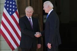 会談前に握手するロシアのプーチン大統領(左)と米国のバイデン大統領=ジュネーブで16日、AP