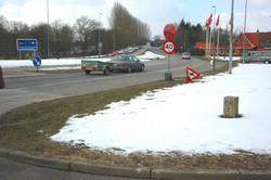 ドイツ(手前)とデンマークの国境付近。右側にある小さな石柱が両国の国境を示している=筆者撮影
