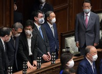 Prime Minister Yoshihide Suga, fifth from left, and Cabinet ministers stand up as the Japanese parliament wraps up its regular session in Tokyo on June 16, 2021. (Mainichi/Kan Takeuchi)
