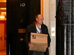 昨年11月、英首相官邸から荷物を運び出すカミングス元首席顧問(ロンドンで) (Bloomberg)