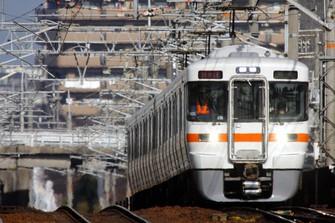 名古屋周辺の都市部を走る313系の5000番台車。座席は転換クロスシートで、6両編成が基本となっている=愛知県の東海道線・木曽川-尾張一宮間で2007年2月、金盛正樹撮影