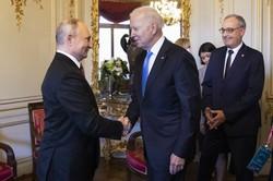 会談に先立ち握手するバイデン米大統領(中央)とプーチン露大統領=スイスのジュネーブで2021年6月16日、AP