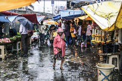 例年6~9月はモンスーンによる豪雨で道路が冠水するムンバイ (Bloomberg)