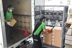 運送業者によって搬入される新型コロナウイルスワクチンの接種券の入った段ボール箱=仙台市青葉区で2021年6月18日午前10時40分、滝沢一誠撮影