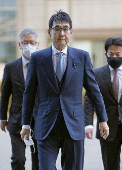 Former Japanese Justice Minister Katsuyuki Kawai enters the Tokyo District Court on March 23, 2021. (Pool photo)