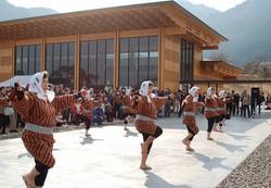 熊野古道センターの開設を記念して披露された種まきごんべい踊り=三重県尾鷲市で2007年2月10日、七見憲一撮影