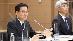 一連のシステム障害についての記者会見で、記者の質問に答えるみずほフィナンシャルグループの坂井辰史社長(左)。右奥はみずほ銀行の藤原弘治頭取=2021年6月15日、吉田航太撮影