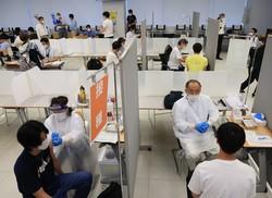 新型コロナウイルスワクチンの接種を受ける日体大の学生たち=東京都世田谷区で2021年6月21日午前9時43分、梅村直承撮影