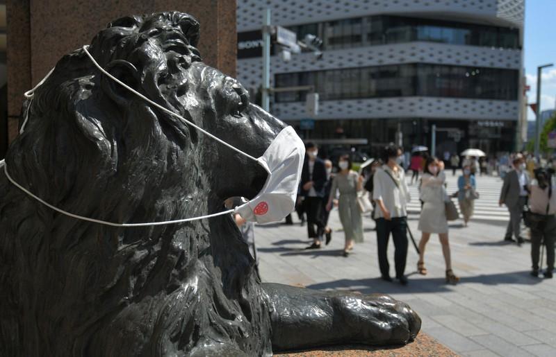 緊急事態宣言の延長初日、銀座の街を歩く人たち=東京都中央区で2021年6月1日、手塚耕一郎撮影