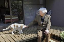 ひなたぼっこする恩師の養老先生と、在りし日の愛猫「まる」